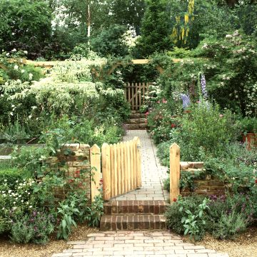 RHS Chelsea 2002. 'Open Garden', National Garden Scheme. Roger Platts Garden Design and nurseries